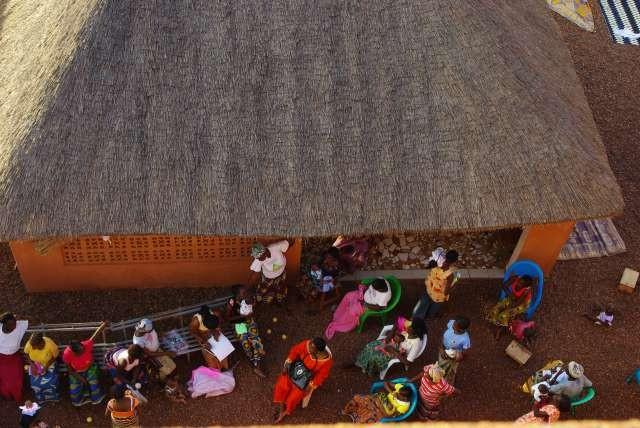 La paillote des jeunes filles dans la cour du BICE