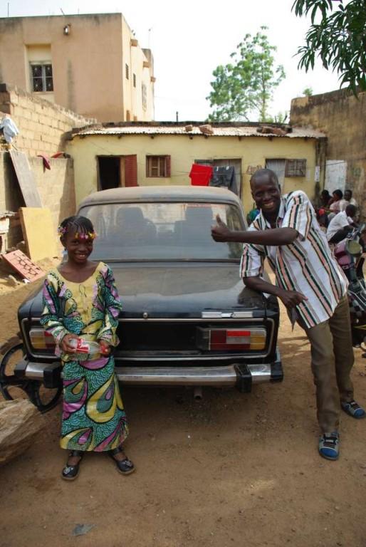 Un ami d'Amadou, très fier de sa voiture !