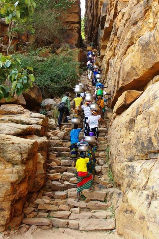 Femmes se rendant au marché de Sangha avec leurs marchandises, dans les escarpés escaliers de Banani