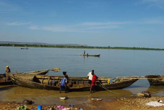Au bord du fleuve, les travailleurs du sable