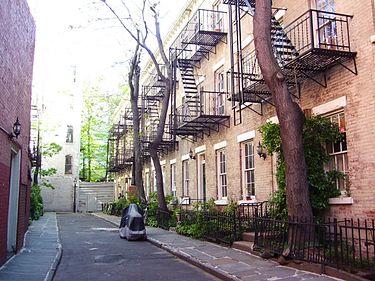 入口側から見た現在のPatchin Place。周囲は煉瓦造りの建物に囲まれている。