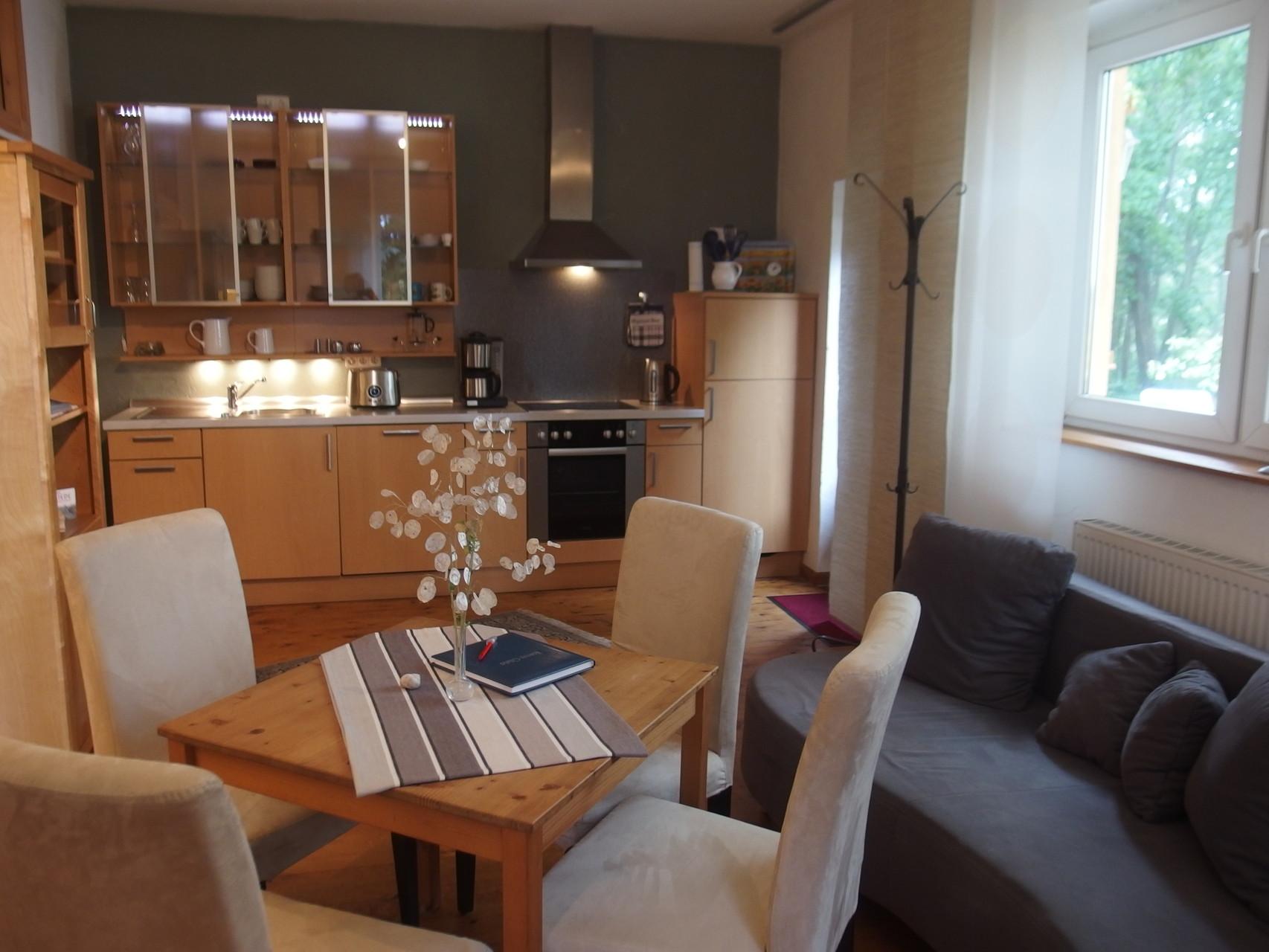 Wohnbereich mit vollwertiger Küchenzeile