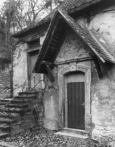 Eingang mit Portalinschrift vor der Renovierung
