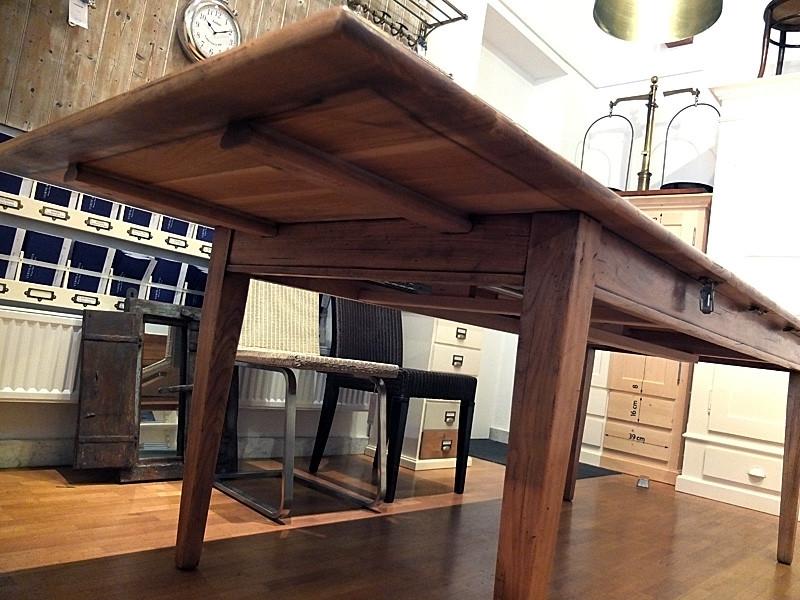 Ein Blick unter den Tisch