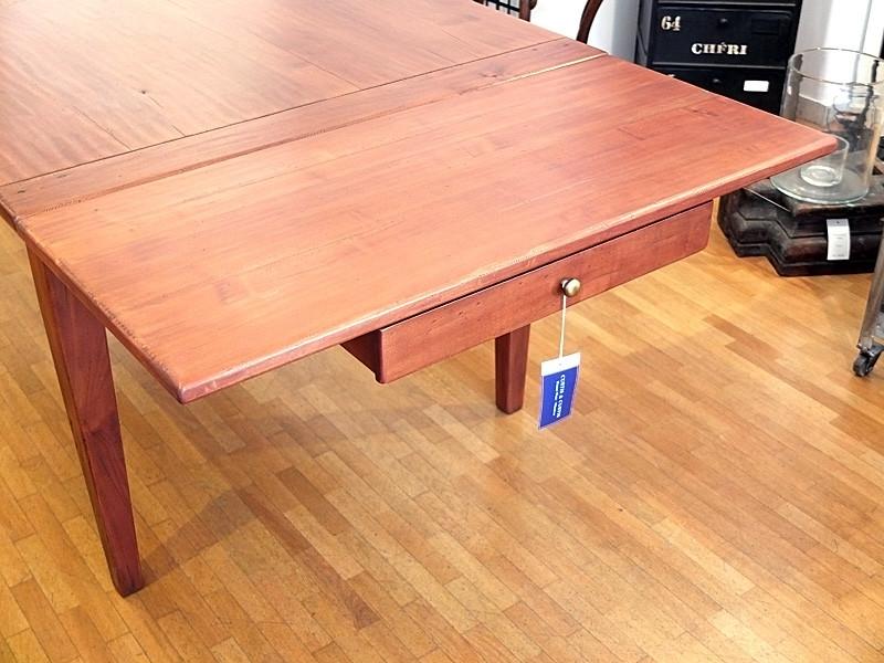 Das Verlängerungsbrett liegt auf der geöffneten Schublade und ist mit dem Tisch verschraubt