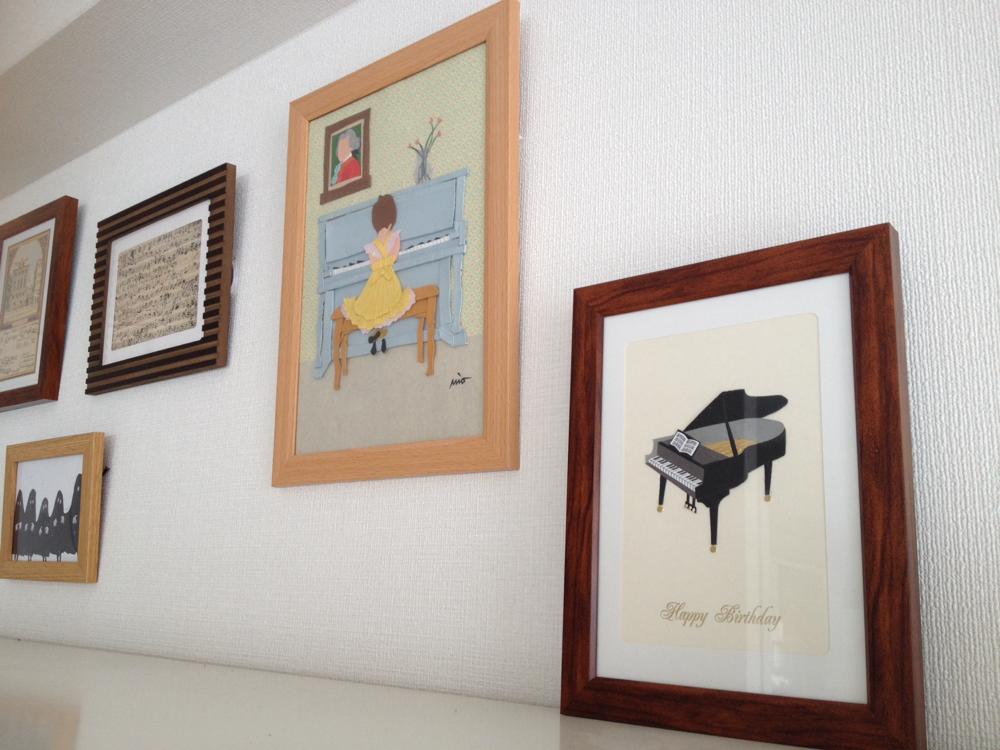 壁にかかるピアノの切り紙