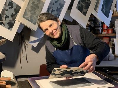 Walpurga Ortag-Glanzer in ihrer Druckwerkstatt in Karlstein an der Thaya