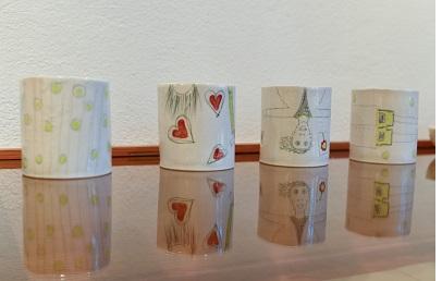 Porzellanbecher , mit Handzeichnungen, von Angelika Gross