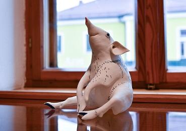 Sitzendes Schwein , von Margit Russnig, 190.-