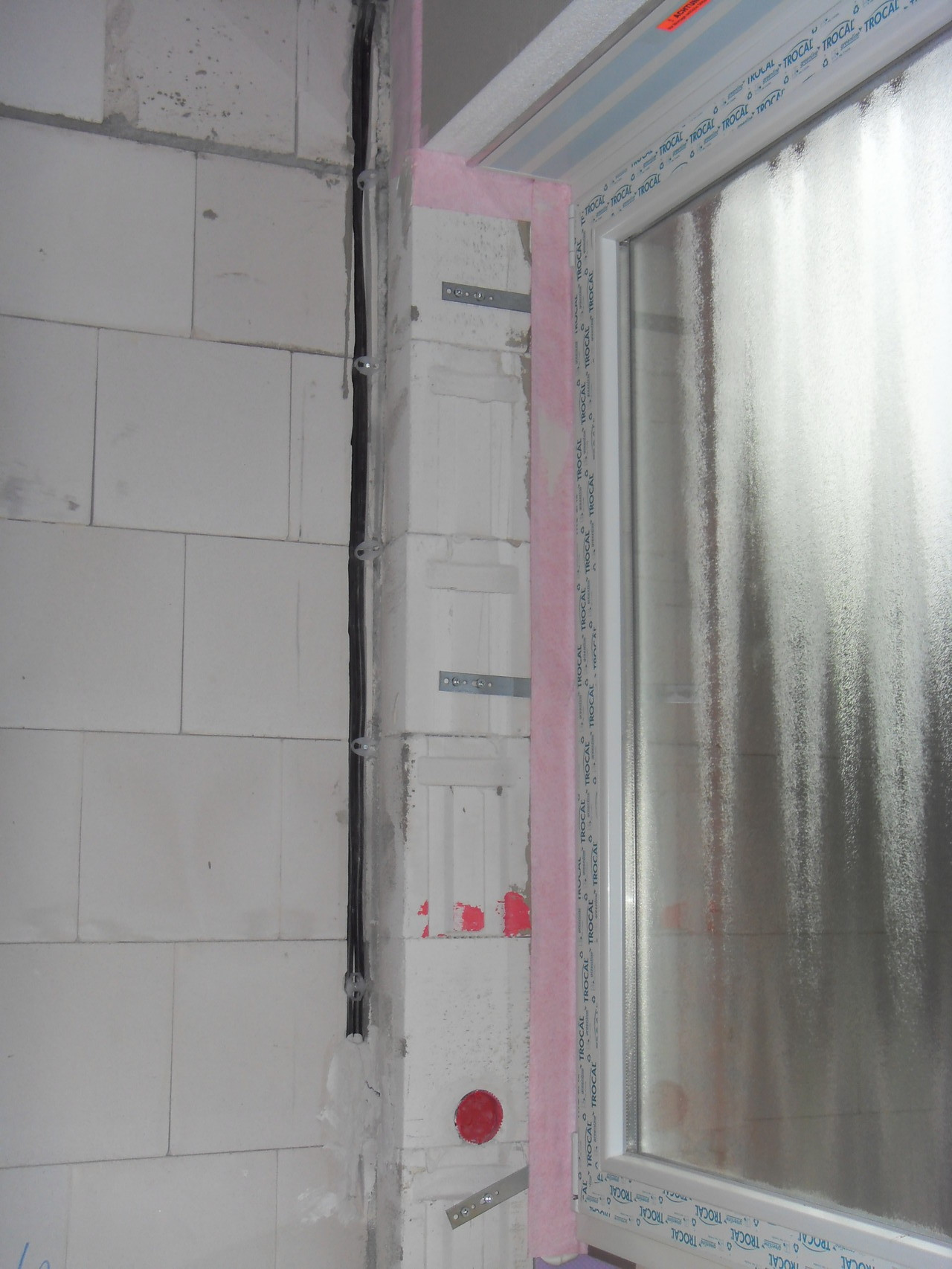 Steckdose im Fensterrahmen