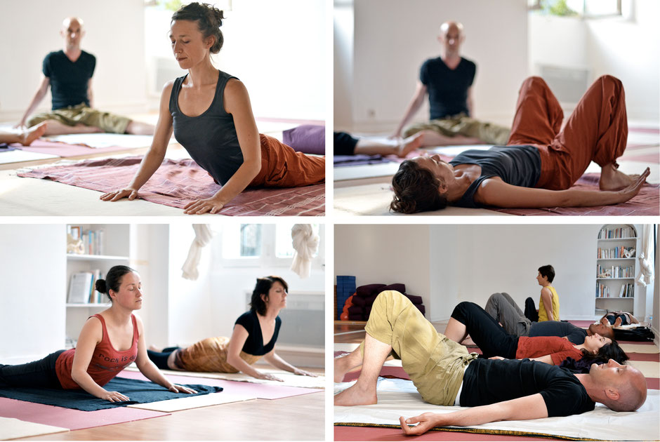 L'enseignant.e démontre la posture de Hatha Yoga en respectant les principes de la philosophie : écoute profonde, bienveillance, non jugement