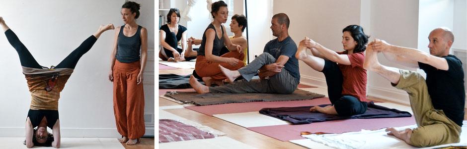 Une séance d'APPROFONDISSEMENT de Hatha Yoga en présence de l'enseignante qui ajuste la posture la pratique pour chacun.e. Posture : posture sur la tête - Pince à une jambe levée.
