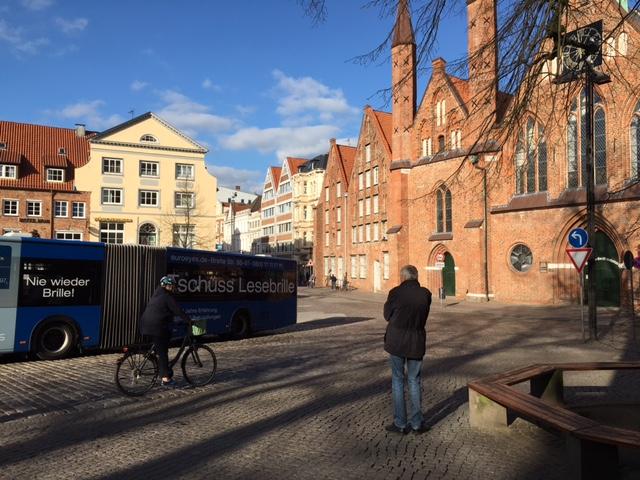 Stein des Anstoßes: Koberg mit Gelenkbus und Radfahrer.
