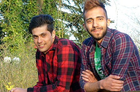 Aus einem Foto der Ausstellung: Shahab Evaz und Mahdi Arjloo sind Christen und kommen aus dem Iran.