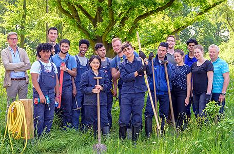 Auch bei gemeinsamer Gartenarbeit kann man das Deutsch verbessern. Foto W.Rolfes