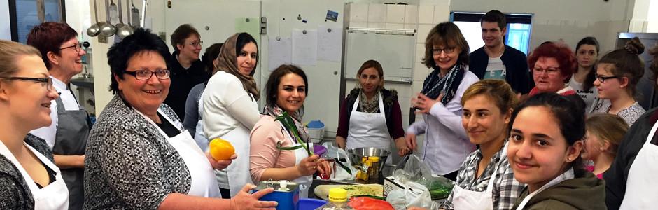Gemeinsames Kochen von einheimischen und eingewanderten Familien im Bildungszentrum Bad Bederkesa.