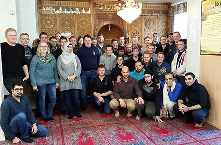 Junge Landwirte aus dem Winterkurs der KLVHS Oesede treffen sich in einer Osnabrücker Moschee mit Berufskollegen aus Syrien.