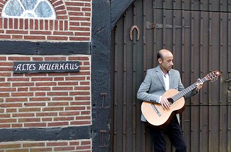Ebenfalls in Bild und Text vorgestellt: Muhsen Asfari, Musiker aus Syrien. Zur Eröffnung hat er Gitarre gespielt.