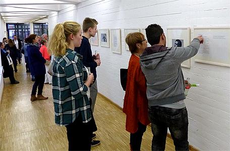 Die Ausstellung regt Gespräche an.