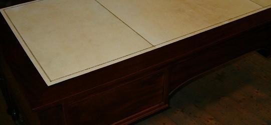 Tavolo rivestito in pergamena