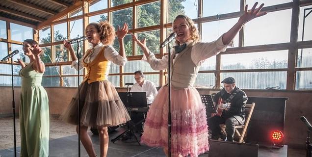 """Swing, Pop und Fingerschnipsen im Country-Style: """"Lou's The Cool Cats"""" beim Auftritt auf dem Sieferhof.  Foto: Ralf Krieger"""
