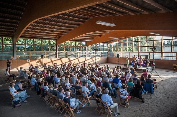 """Die Kleinkunstreihe """"Kultur auf dem Hof"""" baute am Sonntagabend ihre Bühne in der Reithalle des Sieferhofs in Witzhelden auf.  Foto: Ralf Krieger"""
