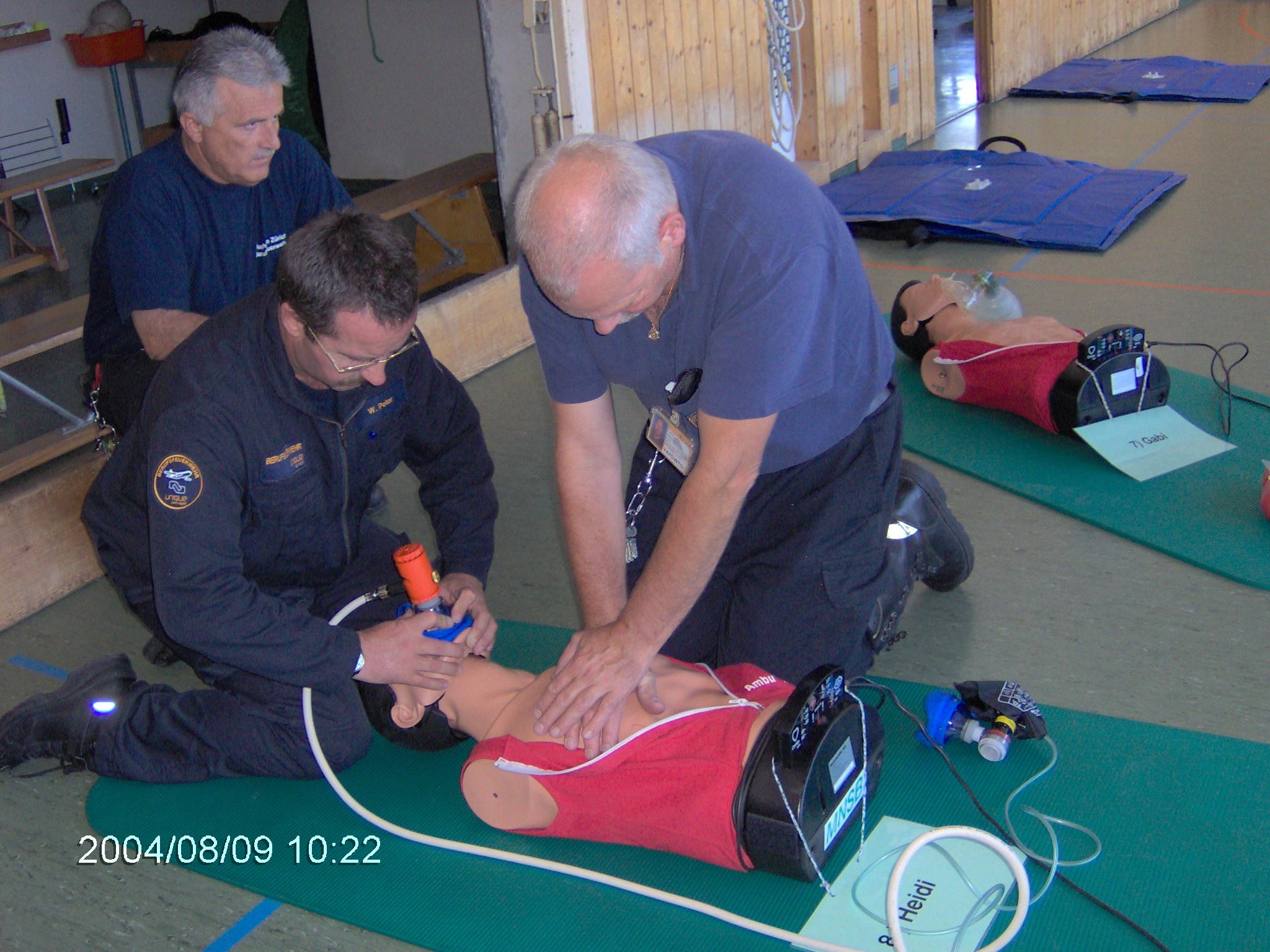 Die Teilnehmer üben den Einsatz der Beatmungshilfe im Ablauf mit den Thoraxkompressionen