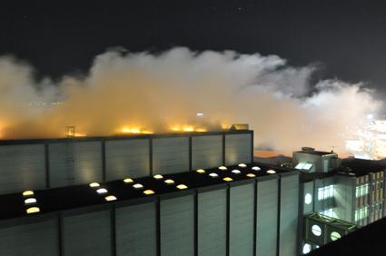 Je nach Wind- und Wetterverhältnisse wird der Rauch neben dem Gebäude wieder zu Boden gedrückt