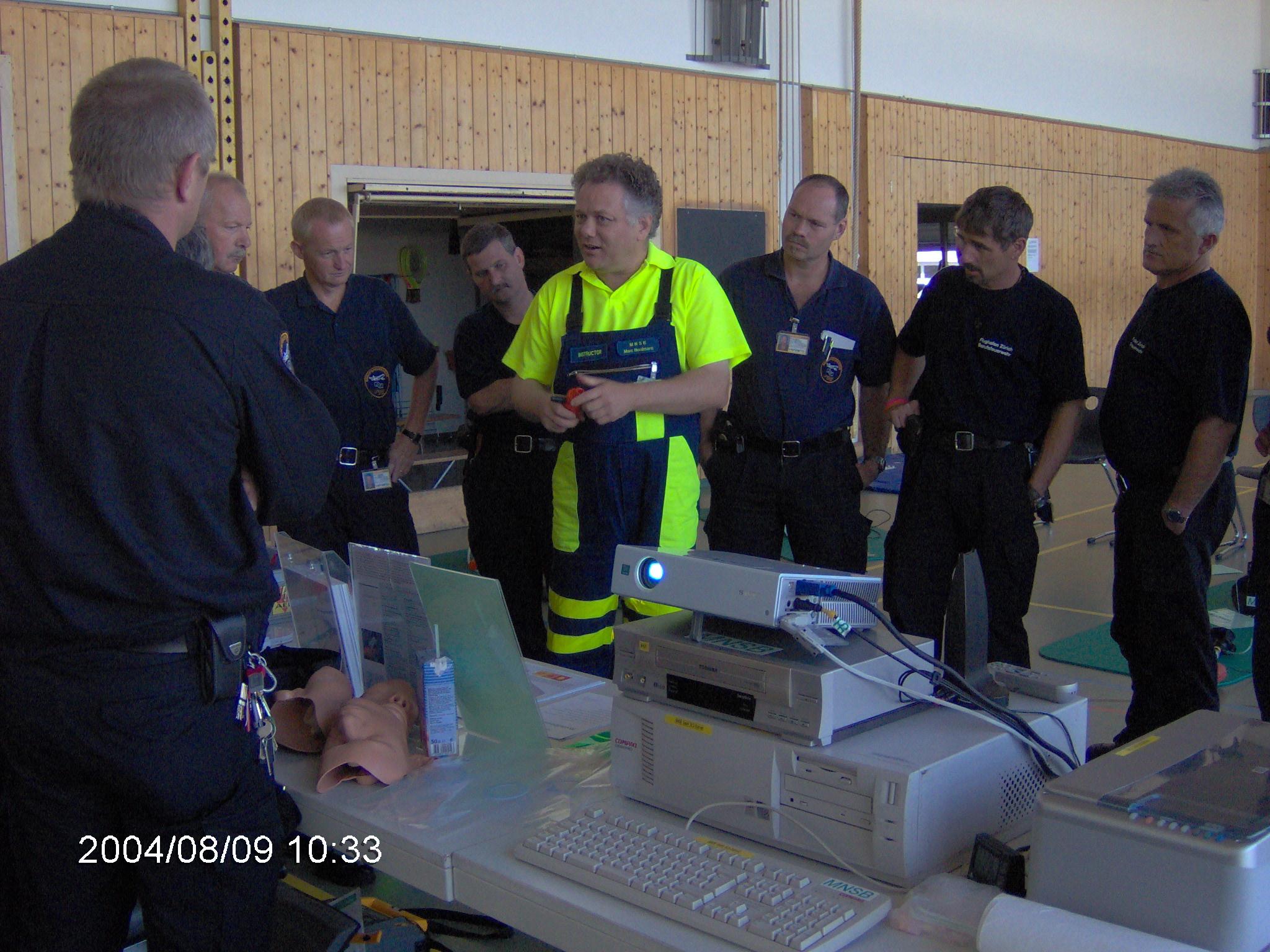 Die Berufsfeuerwehr wird in die Handhabung des Beatmungsgerätes Oxylator®FR300 eingeführt