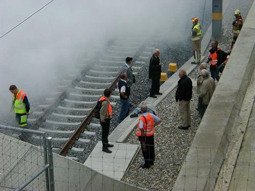 erste Fahrgäste haben den Zug und das Tunnel verlassen