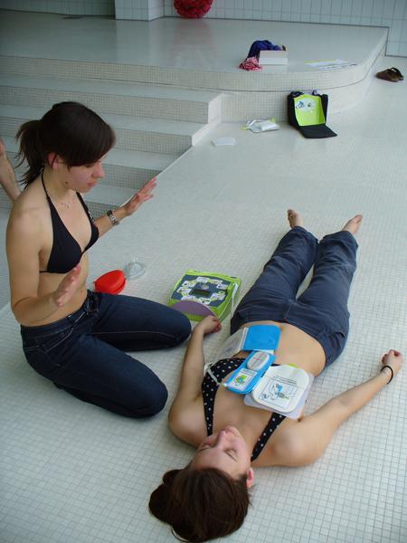 Sobald als möglich, wird der Defibrillator eingesetzt