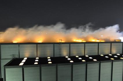 ... der Nebel (Rauch) über dem Gebäude auf