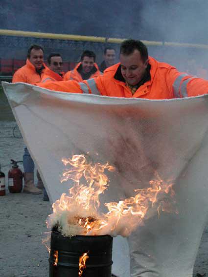 Löschdecke, das ideale Mittel für einen brennenden Papierkorb.....