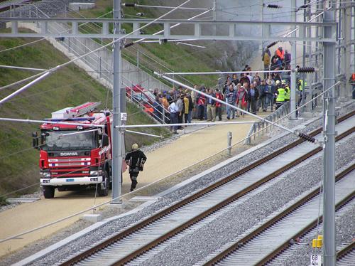 Immer mehr Feuerwehrfahrzeuge treffen ein