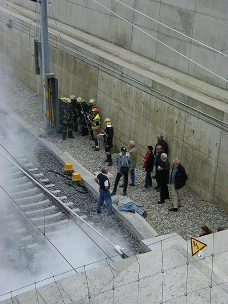 Die Feuerwehr versucht, die Fahrleitung zu erden