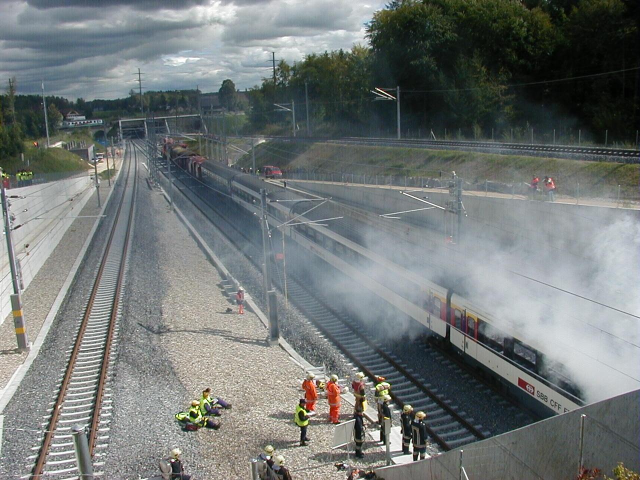Der havarierte Zug wird vom LRZ aus dem Tunnel gezogen