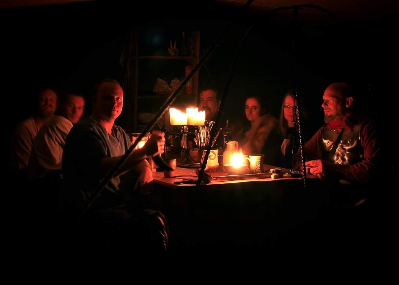 Am Abend zusammen mit Freunden