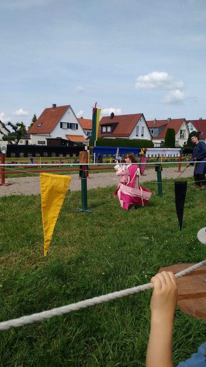 Das Nachwuchsburgfräulein beim Kinder-Ritterturnier
