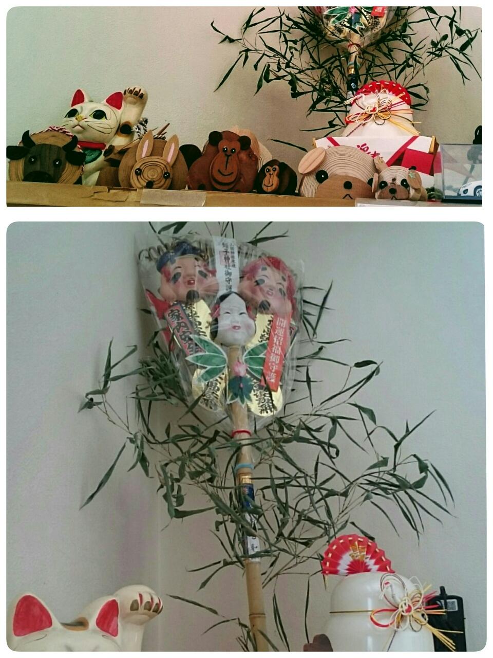 恵比寿飾りと一緒に可愛い木彫りの干支も並んでいます