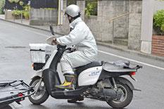 原付バイクに乗って朝刊の配達スタート