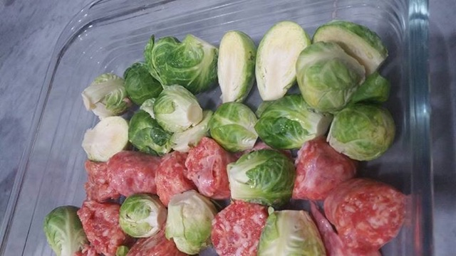 芽キャベツとジャガイモ、ソーセージのオーブン料理