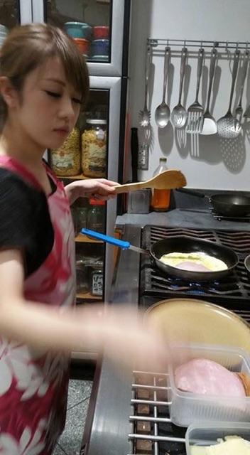 オムレツを作っている娘