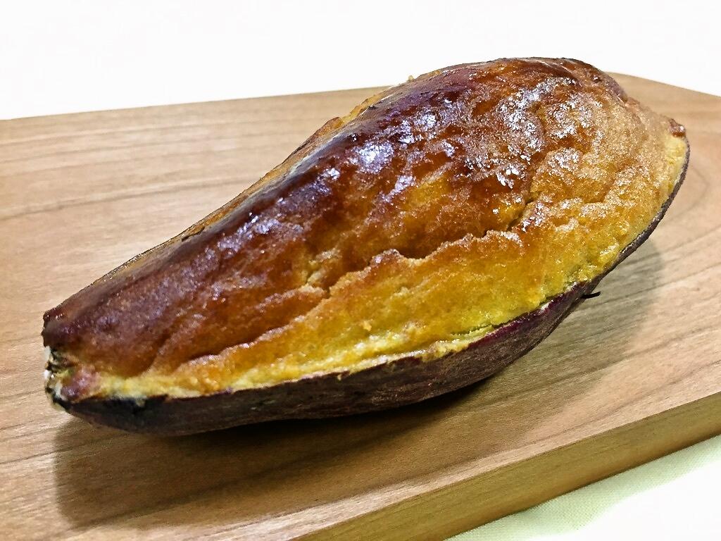 「スイートポテト」本物のさつまいもの皮が舟形になっていて、その中に優しい甘さのスイートポテトがずっしり入っています。