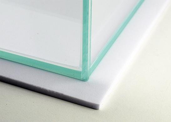 Weiße Schaumstoffunterlage und transparente Sillikonnähte
