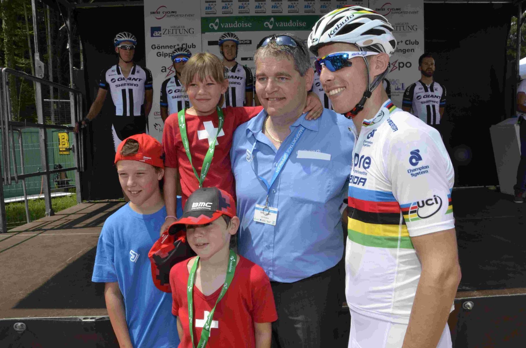 Weltmeister mitOK Präsident und Kindern