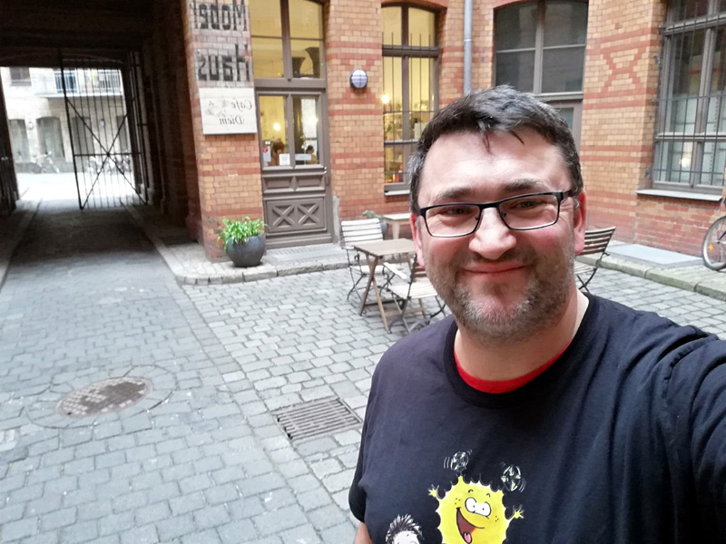 Im Hof vor der schönsten Buchhandlung Deutschlands