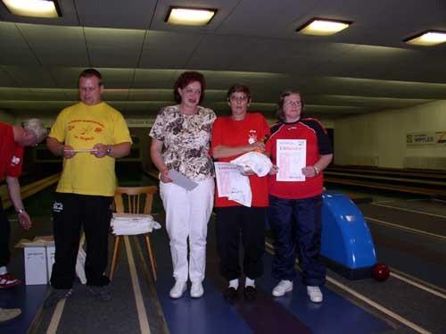 Siegerehrung Klasse 4-2, Damen mit Margot Herm (3. Platz, 348 Holz, 1. von rechts)