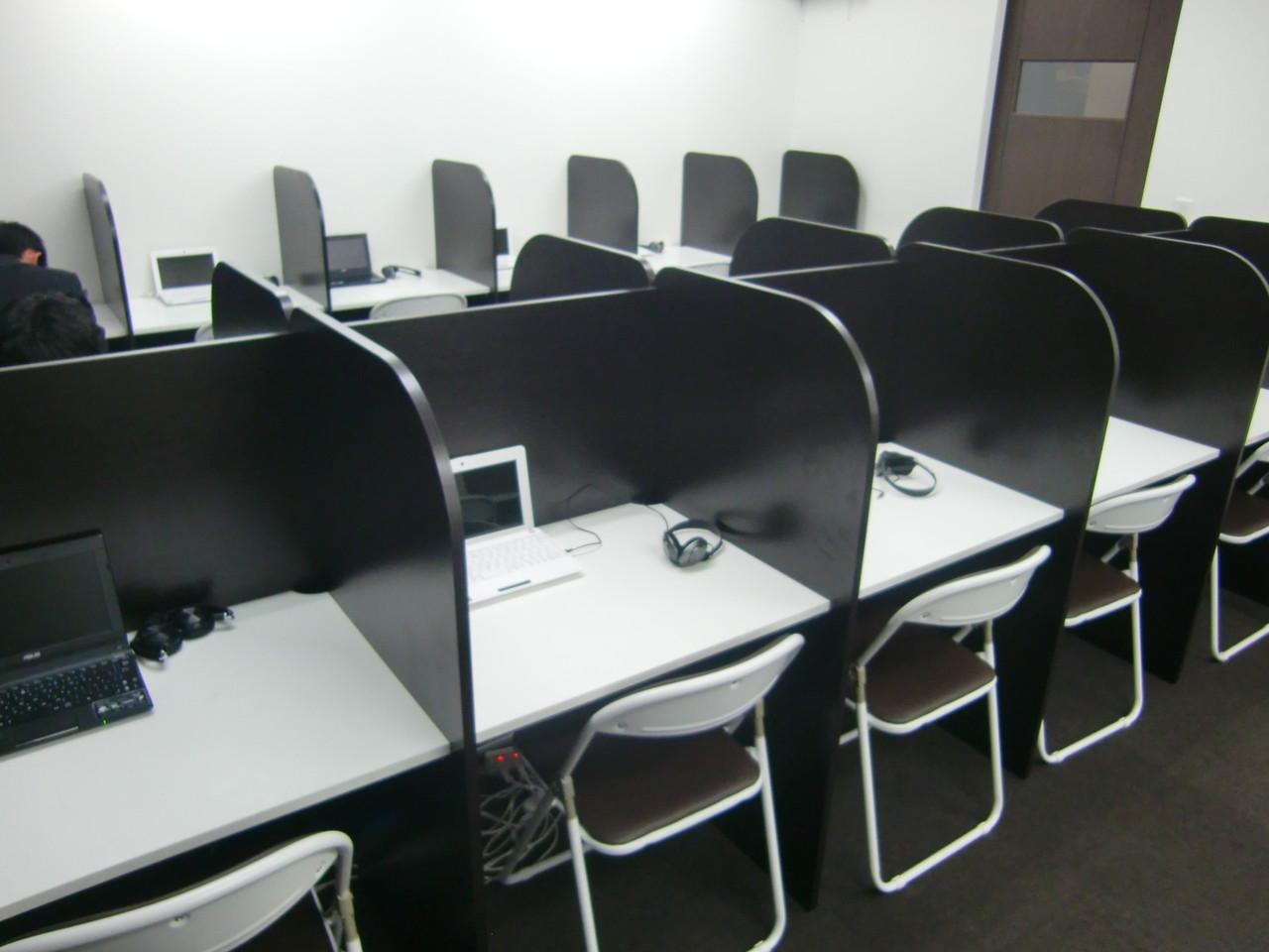 最新のWEB授業教室は、間仕切りがあるので、一人ひとりが集中しやすい環境が整ってます!