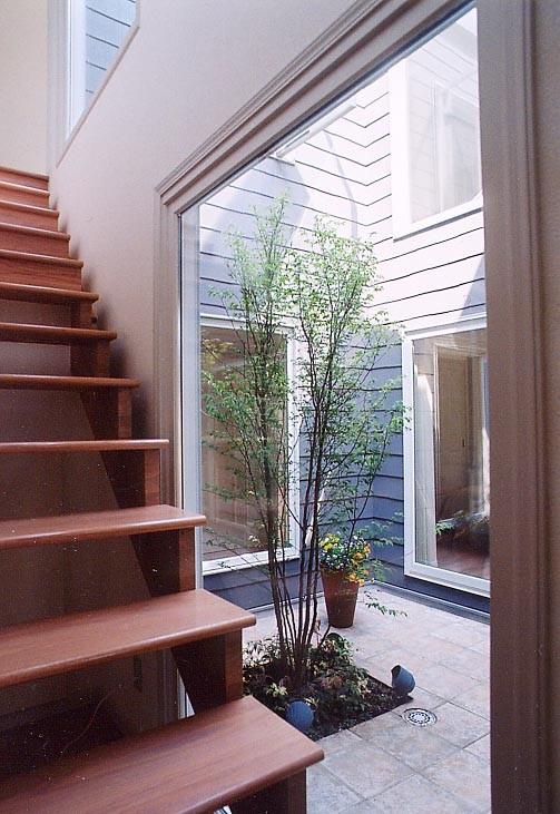 階段から中庭