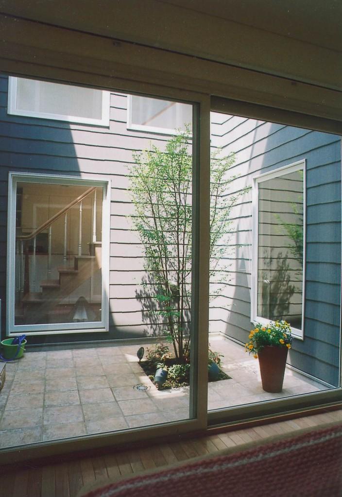 Kさんの家(柏市)寝室から中庭を2